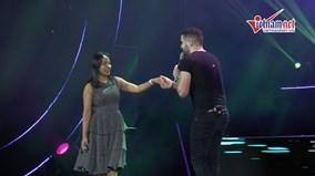 Shayne Ward ngọt ngào hôn fan nữ trước hàng nghìn khán giả Việt