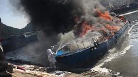 Tàu cao tốc 96 chỗ cháy ngùn ngụt trong cảng Cái Rồng, Quảng Ninh