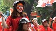 CĐV diễu hành, tiến về tượng đài Lý Thái Tổ thắp hương cầu may cho ĐTVN