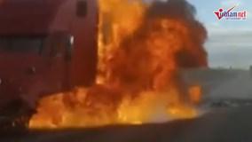Xe container bốc cháy dữ dội sau khi va chạm xe con