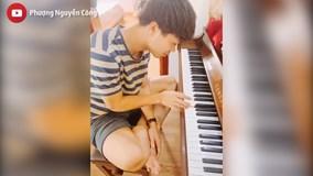 Trước trận bán kết, Công Phượng miệt mài tập... đàn piano