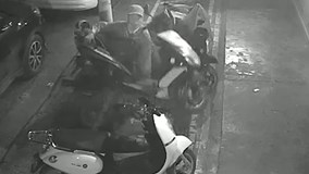 Tên trộm nhấc bổng cả xe máy bê đi, khiến người xem tròn mắt
