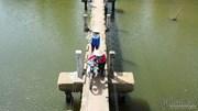 Loạng choạng lách qua cầu 'vĩnh biệt' chỉ rộng 0.8m