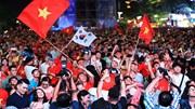 CĐV hò hét tung trời, rưng rưng hát quốc ca mừng Việt Nam thắng Philippines