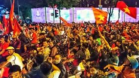 Biển người mang cờ, băng rôn xuống đường ăn mừng chiến thắng của tuyển VN