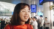 Fan nữ 'ngất ngây' vì được chụp ảnh và bay cùng tuyển Việt Nam