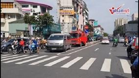 Hà Nội: Đang cháy ngùn ngụt, ô tô chắn đường xe cứu hỏa