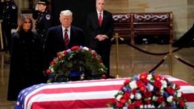 TT Trump và phu nhân thành kính viếng cựu TT Bush 'cha'