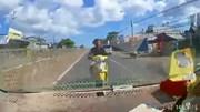Xe máy phóng vun vút ngược chiều tông trực diện ô tô