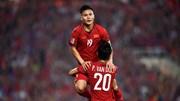 Văn Đức xuyên qua 3 hậu vệ, chuyền bóng cực đẹp cho Quang Hải mở tỉ số