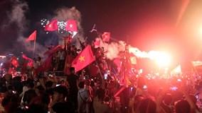 Mỹ Đình rực đỏ pháo sáng mừng Việt Nam vào chung kết sau 10 năm chờ đợi