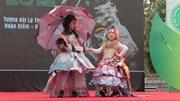 Những bộ trang phục bằng rác đẹp lung linh trên phố Hà Nội