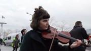 Biểu tình ở Pháp: Tiếng đàn vẫn vang lên giữa bạo loạn