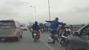 Tài xế dừng ô tô giữa cầu, lao xuống đánh thanh niên đi xe máy