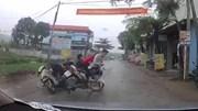 Xe máy kẹp 3 lạng lách, đánh võng trên đường làng và cái kết