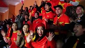 CĐV đội mưa rét nhuộm đỏ sân Hàng Đẫy, cổ vũ VN đá chung kết với Malaysia