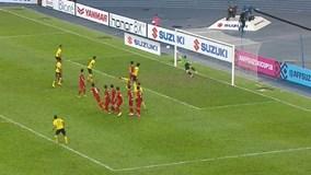 Safawi Rasid sút phạt hiểm hóc ghi bàn thắng gỡ hòa 2-2 cho Malaysia