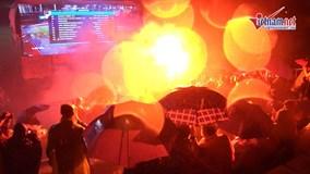 Xúc động cảnh CĐV hát quốc ca trong mưa, co ro cổ vũ Việt Nam đấu Malaysia