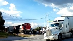 Liều mạng vượt đường sắt, xe tải bị tàu hỏa tông lật