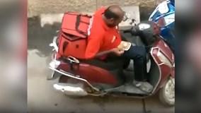 Anh shipper hồn nhiên ăn vụng thức ăn của khách hàng giữa đường