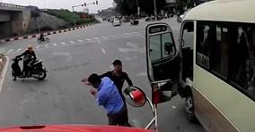 Xe khách liên tục tạt đầu, vượt ẩu gặp ngay tài xế xe ben 'cứng'