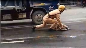 Hình ảnh CSGT lau dầu loang trên đường đốn tim dân mạng