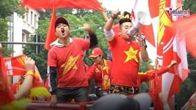 Bóng chưa lăn, Hà Nội đã nhuộm đỏ màu cờ và tiếng hô Việt Nam vô địch