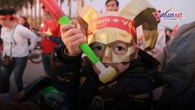 CĐV nhí diện đầu trâu tiếp lửa đội tuyển Việt Nam