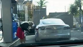 Bi hài cảnh cô gái tóc vàng quyết đổ xăng cho ô tô điện