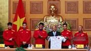 Thầy trò HLV Park Hang Seo tặng Thủ tướng món qùa đặc biệt