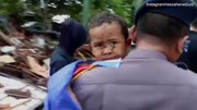 Bé trai Indonesia sống sót sau 12 tiếng bị chôn vùi vì sóng thần