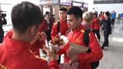 Fan nữ tặng Đức Huy hoa dâu tây bị đồng đội 'xử' trước khi sang Quatar