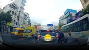 Ném rác bừa bãi xuống đường, người lái xe nhận cái kết bất ngờ
