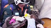 Nín thở xem giải cứu bé trai 10 tháng tuổi trong vụ nổ khí ga ở Nga