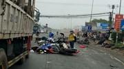 Xe container cuốn hàng chục xe máy vào gầm, 4 người chết tại chỗ
