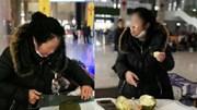 Không mang được sầu riêng lên máy bay, nữ khách dùng cưa bổ ăn ngay tại ga