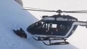 Thót tim cảnh phi công hạ cánh máy bay sát núi tuyết giải cứu người bị nạn