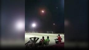 Tên lửa bay ngang sân bóng khi trận đấu đang diễn ra