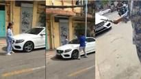 Người phụ nữ cầm dao, búa đập nát xe sang vì đậu trước cửa nhà