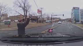 Bé gái bất ngờ rơi khỏi ô tô, mẹ vẫn vô tư lái xe đi tiếp