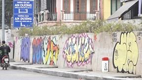 Đường trăm tỷ ở Hà Nội vừa mở rộng đã chi chít hình vẽ graffiti