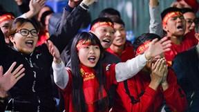 CĐV Việt Nam vỡ oà khi Công Phượng ghi bàn siêu đẹp vào lưới Jordan
