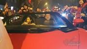 Tuấn Hưng cùng vợ lái Lamborghini đi bão mừng Việt Nam chiến thắng