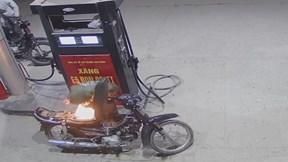 Người đàn ông  bật lửa 'soi bình xăng' khiến xe bốc cháy dữ đội