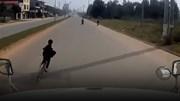 Kinh hãi bé trai sang đường kiểu tự sát trước đầu xe tải
