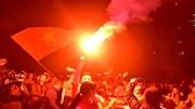 CĐV đốt pháo sáng cảm ơn công nghệ VAR 'cứu thua' cho tuyển VN