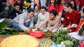 Xem Hoa hậu H'Hen Niê gói bánh chưng tặng trẻ em vùng cao