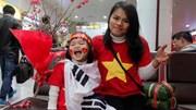 Fan nữ và con gái 3 tuổi đi 50km mang hoa đào, bánh chưng đón tuyển VN