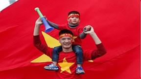 CĐV 'nhuộm đỏ' sân bay, háo hức chờ đón thầy Park cùng tuyển Việt Nam