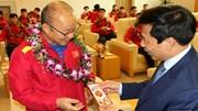 HLV Park Hang Seo và các tuyển thủ Việt Nam nhận lì xì sớm